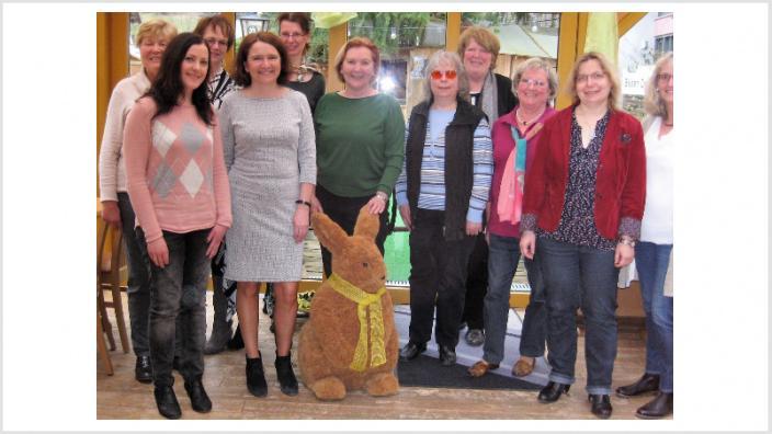 Die Frauen Union (FU) und Dr. Stefan Heck (MdB) verteilen Rosen zum Muttertag im Mai