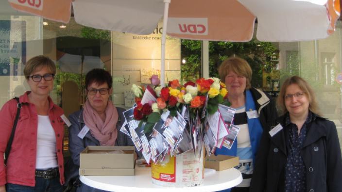 Rosen zum Muttertag von der Frauen Union und dem Bundestagskandidaten Dr. Stefan Heck